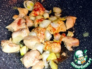 Нарезанную грудку и лук обжарила    на оливковом масле до полуготовности   с добавлением соли и перца.