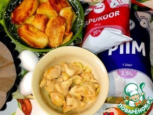 Основные ингредиенты -    картофель, филе, молоко, сметана   и яйца. Картофель нарезала и обжарила    в сковороде на масле до румяности.