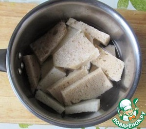 Pieces of bread, pour water and leave for 15 minutes for swelling.