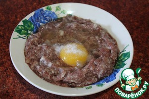 In a Cup of ground meat a smoky break the egg. Add black pepper and salt.