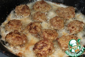 In frying pan, pour vegetable oil. Fry the meatballs. Put them in a Cup.