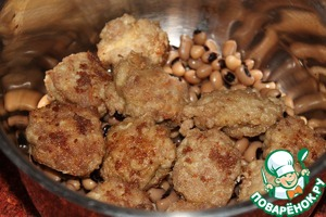 To the pan to cooked beans add fried meatballs.