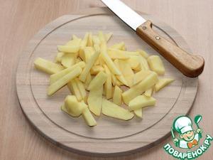 1. Приготовим овощное соте. Картофель вымыть, очистить, нарезать дольками.