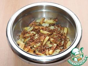 4. Чтобы блюдо было сытнее, я добавила в овощное соте гречневую крупу.    Гречневую крупу промыть. Переложить обжаренные овощи в сотейник,...