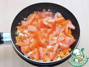 7. Приготовим чесночный соус.   Очистить репчатый лук и мелко нарезать. На сковороде разогреть 1 ст. ложку масла и обжарить лук до прозрачности.    Морковь очистить, вымыть и нарезать соломкой, добавить к луку и пассеровать. Затем добавить нарезанный дольками помидор...
