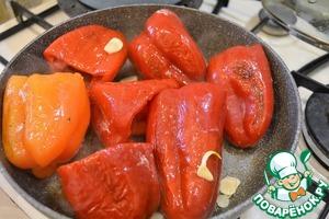 Поставить на плиту кастрюлю с водой. На это количество перца достаточно будет 800 мл воды - в конце можно будет отрегулировать густоту по своему вкусу, при желании добавить еще воды.   Перцы освободить от плодоножек и семян и выложить на раскаленную сковороду с маслом. Слегка присолить и поперчить. Обжарить на сильном огне, чтобы перец подрумянился со всех сторон. В конце жарки добавить нарубленный чеснок.