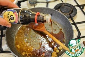 На сковороду с остатками масла влить 3-4 ст. л. соевого соуса. Вылить смесь в кастрюлю с перцами. Закрыть все крышкой и томить, пока перец не станет мягким.
