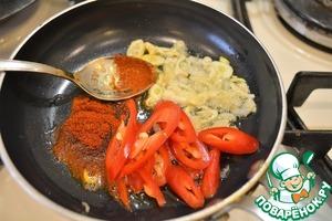 В маленькой сковороде разогреваем пару ложек кунжутного масла, обжариваем до прозрачности чеснок. Добавляем перец, паприку - обжариваем еще минуту