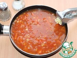 11. Добавить очищенный и выдавленный чеснок. Приготовленный чесночный соус вылить в сотейник с овощами.