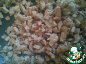 Mode onion and fry together with the pork until Golden brown in sunflower oil. Sprinkle with salt and pepper to taste.