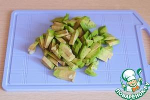Авокадо почистить, удалить косточку. Порезать не крупными брусочками.