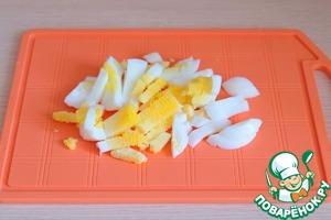 Яйца (2 шт.) отварить, порезать брусочками.