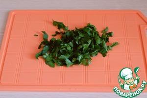 Свежую зелень петрушки порезать.