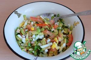 Добавить порезанную зелень в салат.