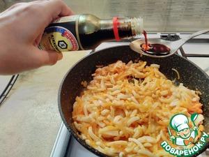 Через несколько минут добавьте соевый соус, перемешайте, накройте сковороду опять крышкой и оставьте кальмары немного потомиться пару минут