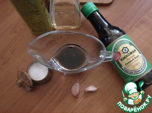 Make the dressing. Mix soy sauce, balsamic (vinegar) and olive oil. Add a pinch of salt.