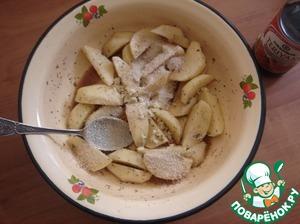 Добавляем сухари и чеснок. Обваливаем картофель.