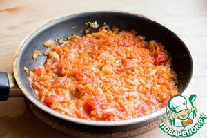 Onion cut into small cubes, carrots grate on a fine grater. In a pan heat the oil, fry the onions. Then add the carrots and tomatoes in their own juice, simmer on low heat until almost fully cooked, about 10-15 minutes. Add salt in the cooking process.