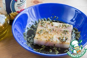 In a bowl, mix soy sauce, olive oil, dried herbs: parsley and oregano. Fish filet, in my case, Pollock, put in a bowl, marinate 10-15 minutes.