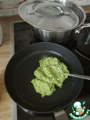 Porirua blender, but not for long! The blender heats up and makes greens bitter!  When pesto is ready, add the lemon juice and a little zest, salt and pepper to taste. All spread on a pan, heat, add a little bit of vegetable oil and sugar.