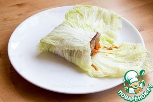 To raise the ends of the cabbage at a time and completely cover the fish.