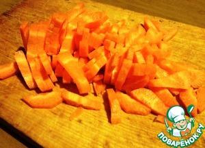 Морковь очистить и нарезать брусочками. Выложить в сотейник поверх курицы.