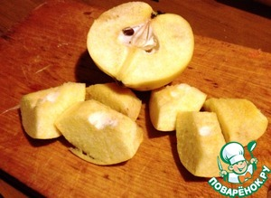 Wash the quinces, remove core and cut into large chunks.