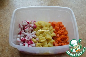 To the salad was the most delicious, all chopped ingredients should be approximately the same number visually;  Potatoes, carrots, radishes cut into not very small cubes;  Stir;