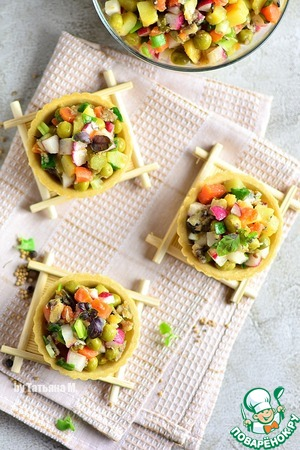 Serve the salad in a common salad bowl and a La carte, including in tarts;  Vegetable tarts you can cook for yourself, and you can buy a ready;