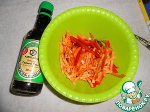 In a bowl put the sliced peppers and carrots. Pour soy sauce and leave for 15-20 minutes.