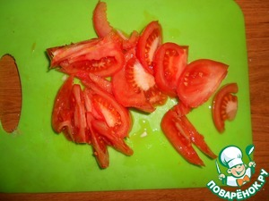 Cut the tomatoes into large pieces.