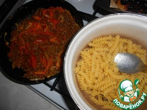 The pan off the heat, add in the pan cooked lentils, mix well. The macaroni and boil until tender in salted water.