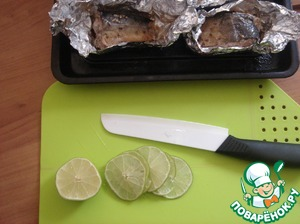 Took out the fish, opened. Cut lime into thin slices.