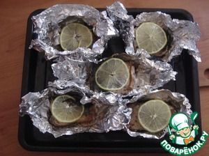 On each piece of fish put on the slice of lime and without closing the foil again, put it in the oven for another 10 minutes. Be guided by your oven and do not desiccate the fish. Salmon-fish is not greasy.
