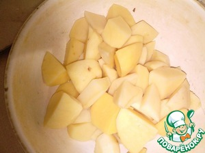 Peel the potatoes and cut into small pieces.
