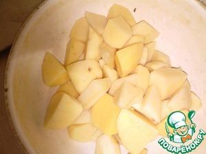 Картофель очистить и нарезать небольшими кусочками.