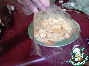 Рукав для запекания завязать с одной стороны и выложить на блюдо. Равномерно распределить внутри рукава картофель и слегка посолить, поперчить его.