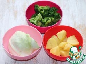 1. Подготовим овощи для варки: белокочанную капусту, брокколи и очищенный, нарезанный дольками картофель.