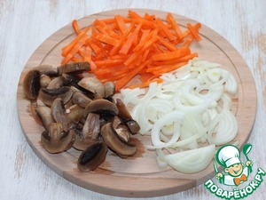 "6. Prepare ""stuffing"". Clean the vegetables: carrots and onions. Carrots cut into strips, onion half-rings. Mushrooms cut into plates."