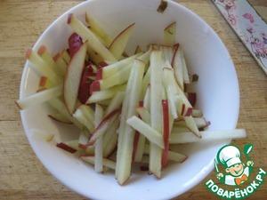 """Яблоко хорошо помыть, - я использовала вместе с кожурой, захотелось """"красок"""" в салате - и половину яблока порезать соломкой, сразу сбрызнуть соком лимона, чтобы не потемнели.   Кусочки ананасов просто нарезать на более мелкие кусочки, но не мельчить!   Добавить все к капусте."""