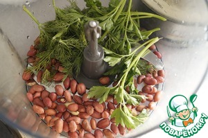 For the filling: in the bowl of a blender put the roasted peanuts, peeled or not, then parsley and dill. Grind to crumbs.