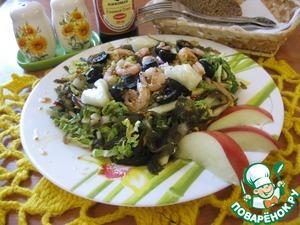 Креветки почистить, оливки разрезать пополам.   Салат выложить на блюдо, сверху выложить креветки и оливки, обильно полить заправкой, дать немного постоять, и желательно охладить.