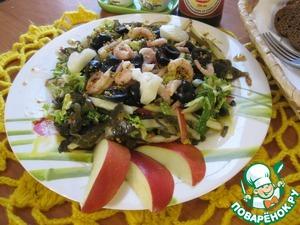 Салат получился очень вкусным, сочным, с пикантной ноткой заправки, морской капусты, свежестью пекинской капусты и яблока, сладким послевкусием ананасов, и где то тааам догоняет креветочно-оливковый вкус))   Угощайтесь!