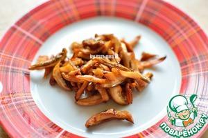 Обжарить грибы до легкого хруста;   Вынуть их без масла на тарелку;