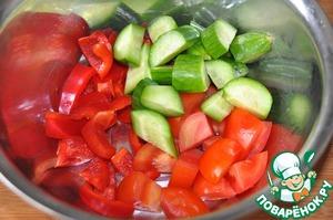 Берём болгарский перец, помидор, огурец и режем крупными кусочками.