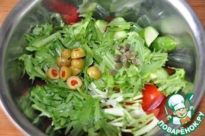 Рукколу моем, обсушиваем, режем, кладём в салат. Добавляем нарезанные пополам оливки или маслины и каперсы. У меня попались оливки с острым перцем.