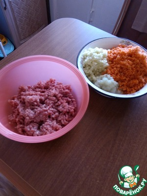 Пропустить свинину и овощи через мясорубку.