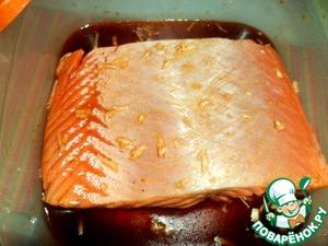 Положить в контейнер, залить сверху маринадом. Перевернуть рыбу несколько раз в маринаде. Накрыть крышкой и поставить в холодильник на ночь.