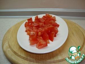 Нарезать кубиками помидоры.