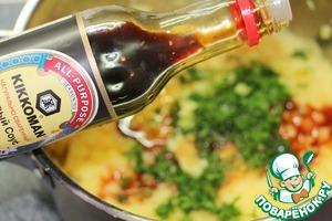 Добавить молотый кориандр, влить соевый соус. Перемешать. Дать пюре немного остыть.
